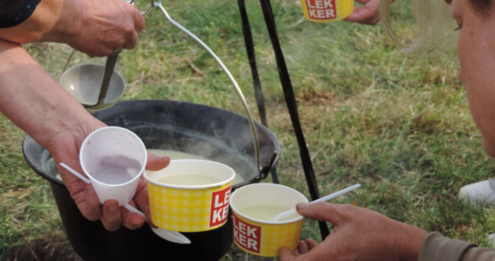 Heerlijke zelfgemaakte biologische soep met groente uit de voedseltuin